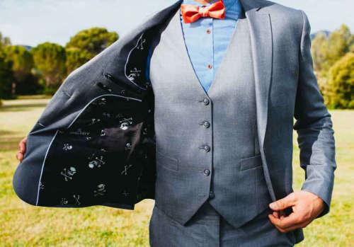 Photo d'un costume de mariage avec doublure visible